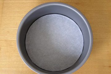 How to Base Line a Cake Tin